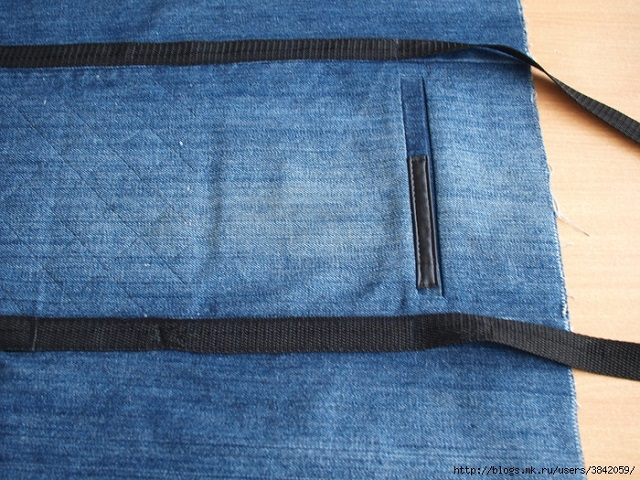 Recycle Old Jeans into a Beautiful Zippered Bag (6)