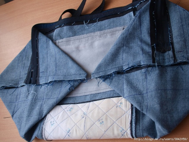 Recycle Old Jeans into a Beautiful Zippered Bag (9)