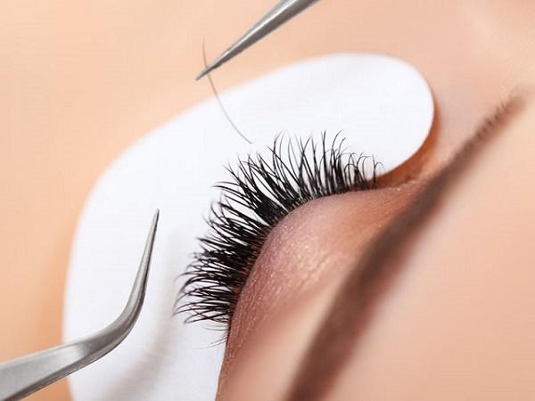 b060d710454 5 Hidden Dangers Of False Eyelashes - AllDayChic